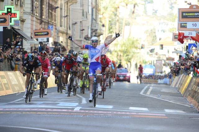 Po skoraj 300 kilometrih odločali padci in Arnaud Demare