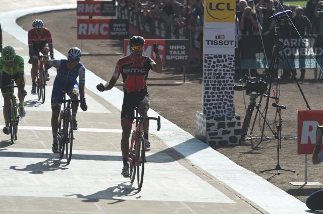 Najhitrejši Roubaix do zdaj, padci, kaos in premoč Van Avermaeta