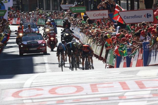 Froome z napadi do rdeče majice, Nibali do etapne zmage