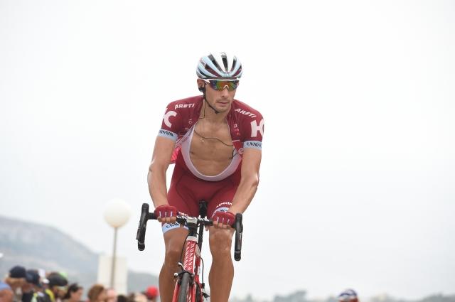 Vuelta: Gledalec kolesarja porinil čez ograjo (VIDEO)