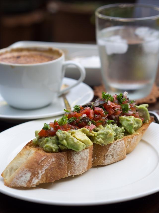 Recept: Toast z avokadom in jajcem