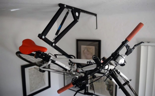 Z orodjem Hide-A-Ride lahko kolo shranita kar na stropu stanovanja