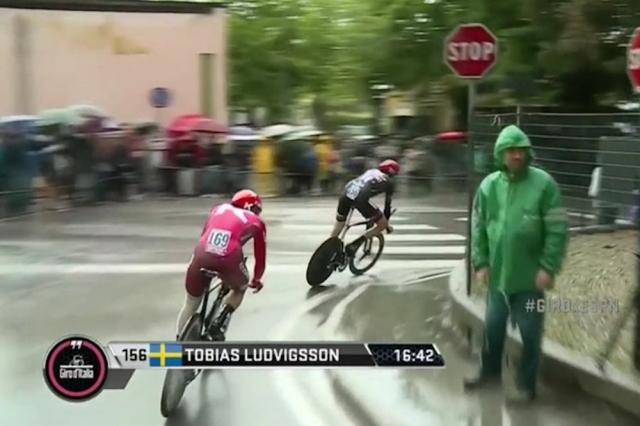 Katjuša z dirke odstranila kolesarja, ki se je 'vlekel' v zavetrju