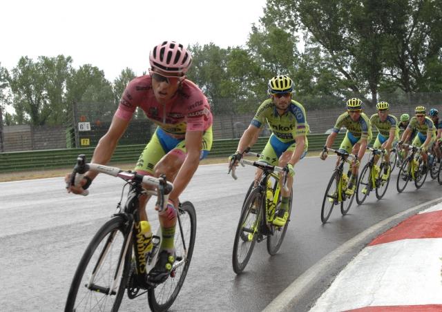 Je tudi Alberto Contador kršil pravila? Med etapo si je snel čelado.