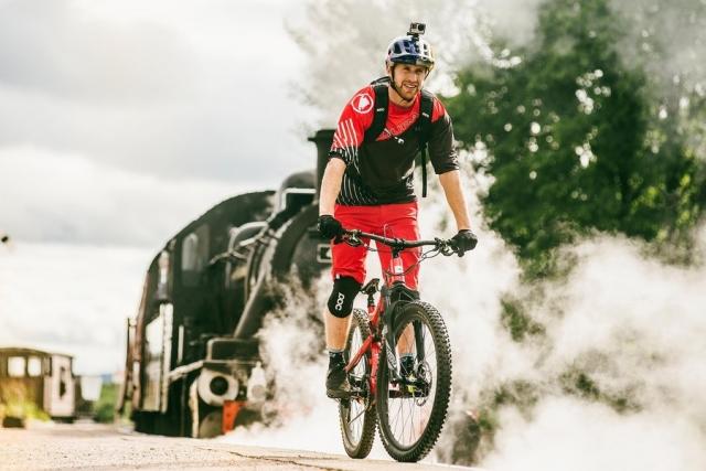 Danny MacAskill ob vrnitvi na Škotsko uganjal vragolije z gorskim kolesom (video)
