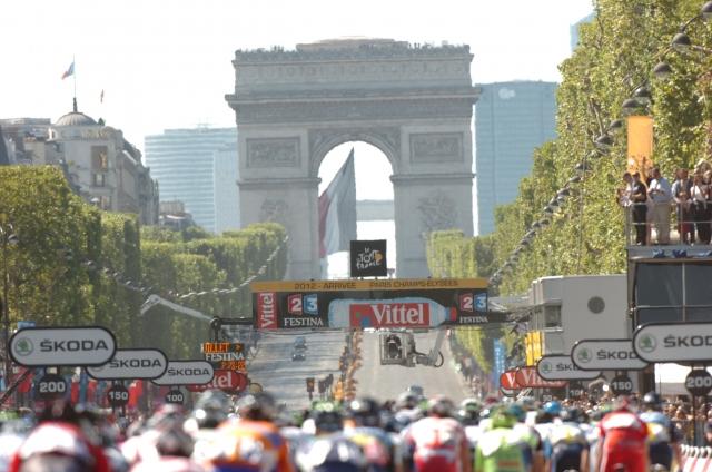 Tour: 3404 kilometri, pekel v Alpah in večerni spektakel v Parizu! (video)
