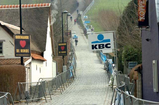 Startne številke dirke po Flandriji, Tom Boonen padel in odstopil (video)