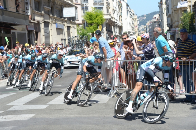Kratke s Toura: 7 sekund prepočasen, 1600 evrov, ker je pokazal, kaj je dosegel, fotograf poškodoval kolesarja ...