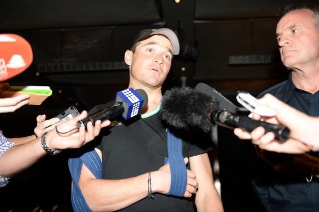 Fabian Cancellara padel, a brez posledic, Thomas Voeckler zlomil ključnico