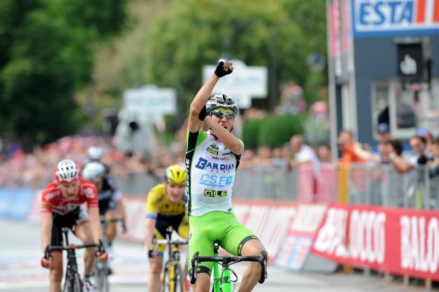 Stefano Pirazzi dobil deževno etapo! Pred etapo sestanek!