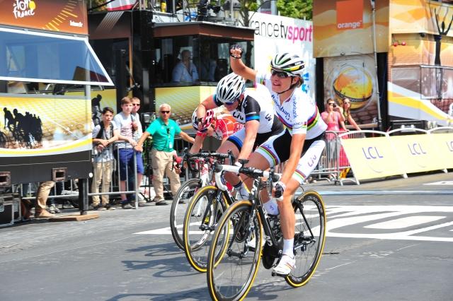 V Parizu so dame imele prednost: La Course najboljši kolesarki (video)