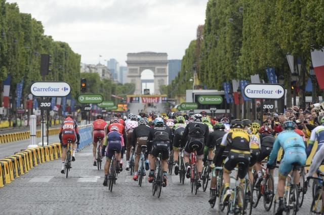 V Parizu najprej streljali, potem dirkali