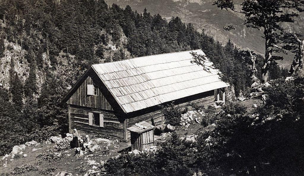 Orožnova koča na planini Za Liscem pod Črno prstjo