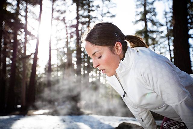 Vas ob vdihovanju hladnega zraka peče v prsih?