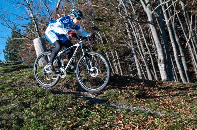 Terenec pod nogami ekstremnega kolesarja (foto)