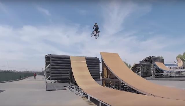 Video: Policaj na kolesu in kako skočiti na mega rampi