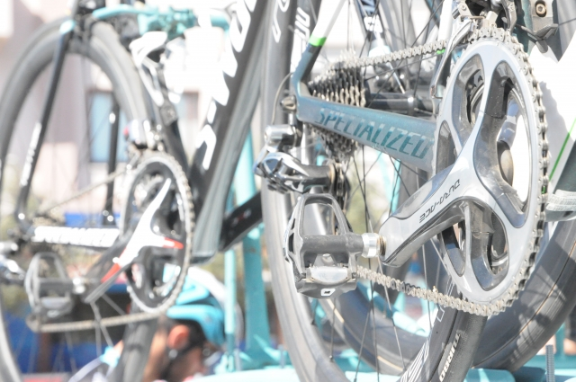 World Tour kolesa: Mezgec na Scottu, četverica na Meridah, Roglič na Bianchiju ...