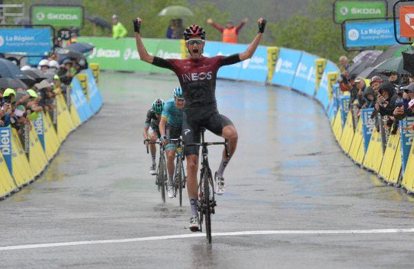 Poelsu spektakel v dežju, Dennisu uvod v Švici