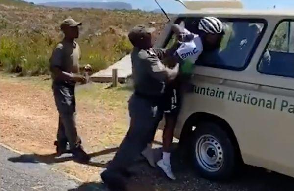 Nadzorniki s silo pridržali kolesarja in mu zlomili roko? (VIDEO)
