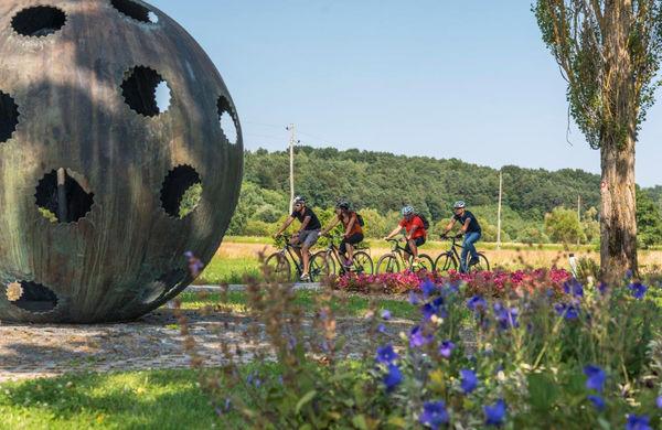 S kolesom po poteh železne zavese