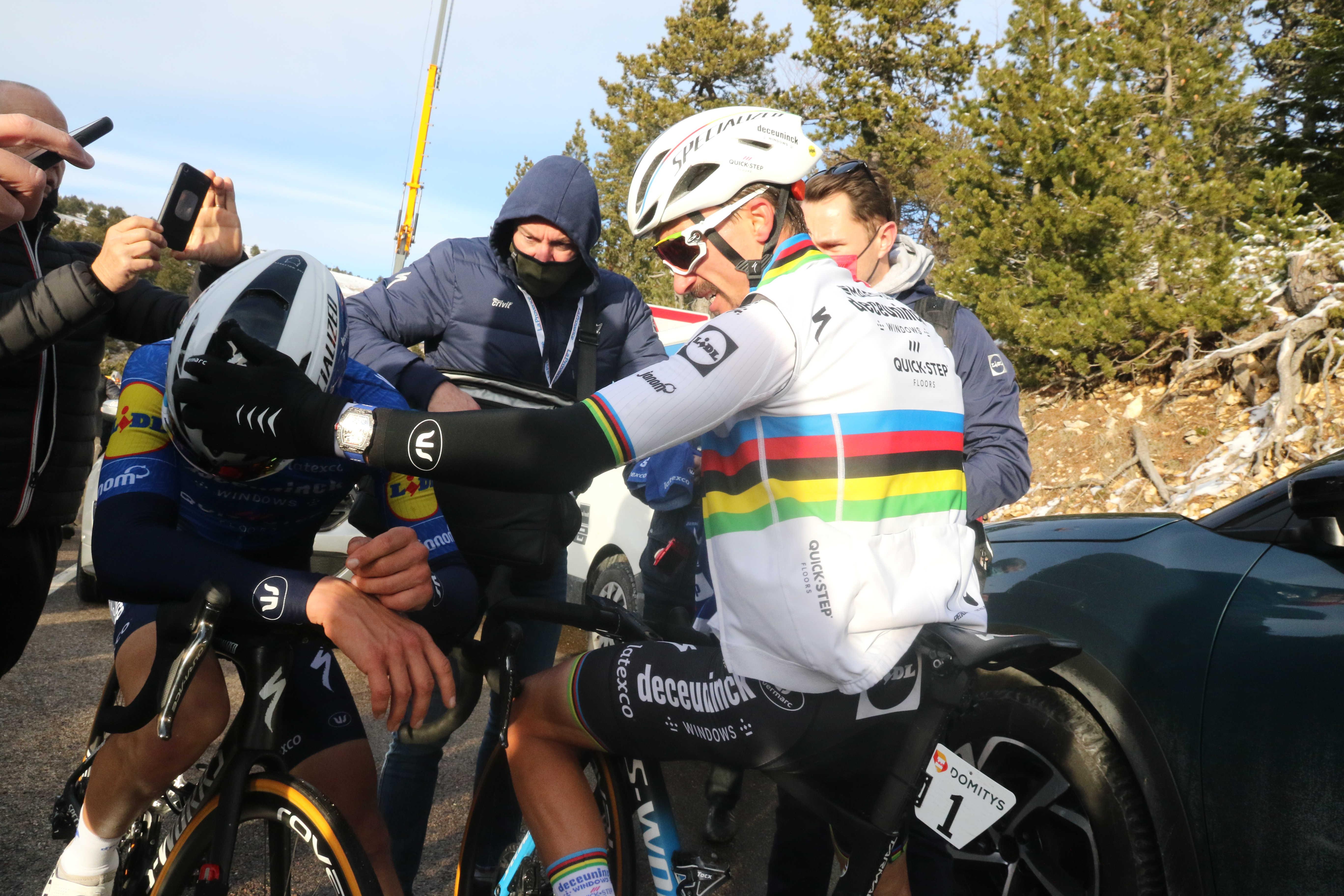 UCI kolesarjem odsvetuje objemanje