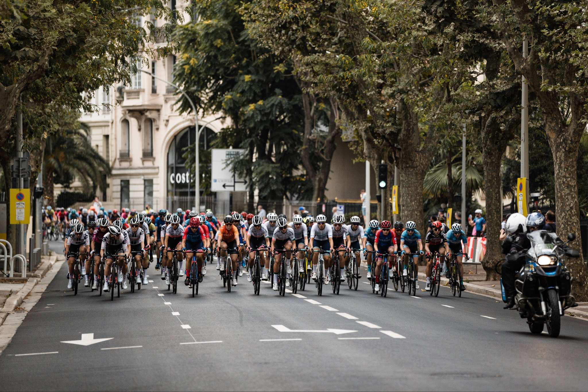 La Course po trasi prve etape dirke po Franciji, tudi z novo slovensko državno prvakinjo